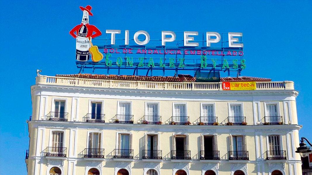 Cartel de Tio Pepe, sobre uno de los edificios de la Puerta del Sol.