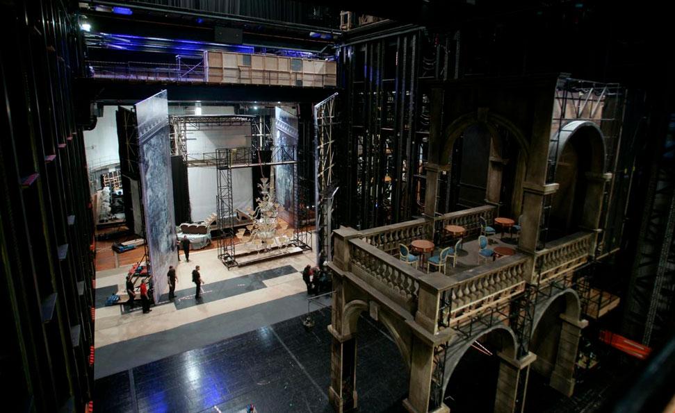 Montaje de escenario durante la visita técnica al Teatro Real.