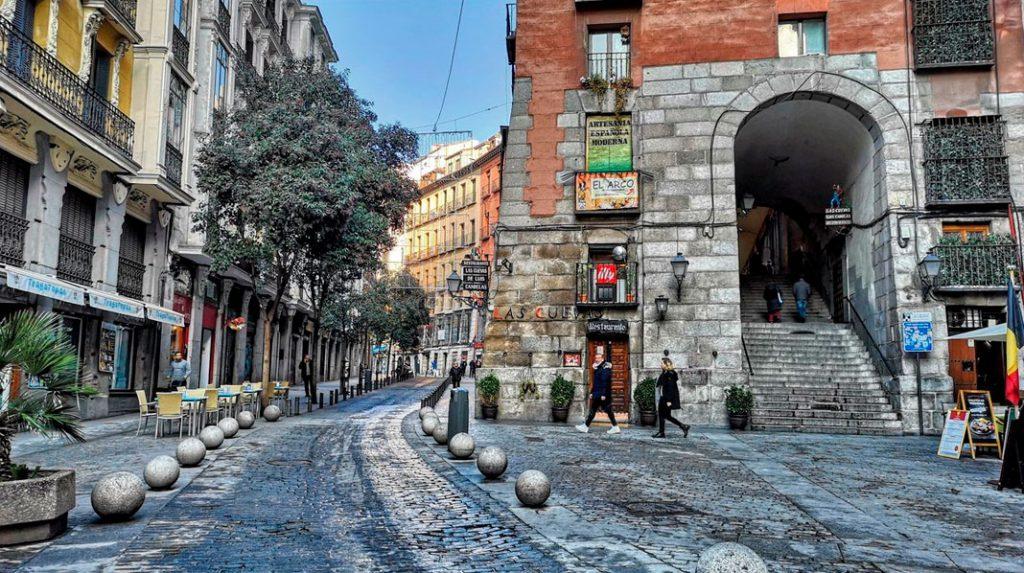Arco de Cuchilleros, el más popular acceso a la Plaza Mayor.