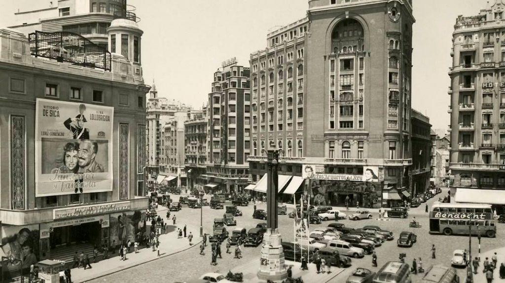 Aspecto de la Plaza de Callao en 1954.