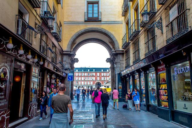 Calle de la Sal y la Plaza Mayor al fondo.