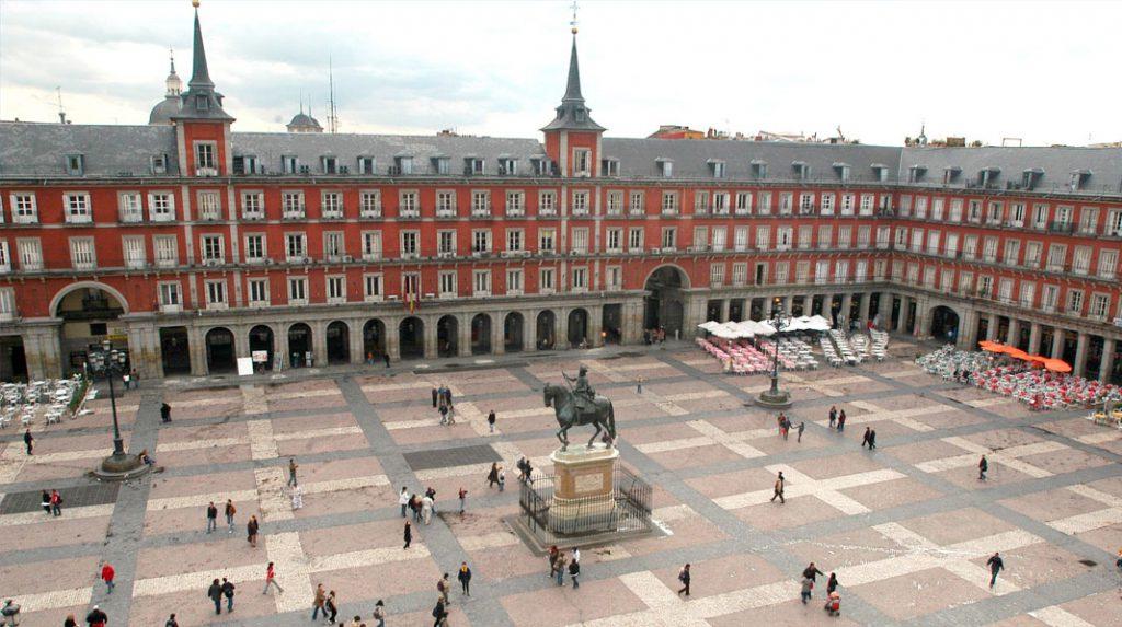 Casa de la Carnicería, entre sus dos torreones, en la Plaza Mayor.