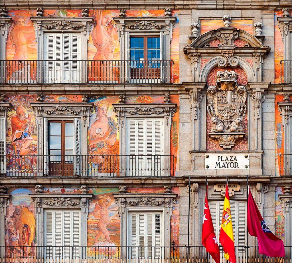 Detalle de los frescos de la fachada de la Casa de la Panadería.