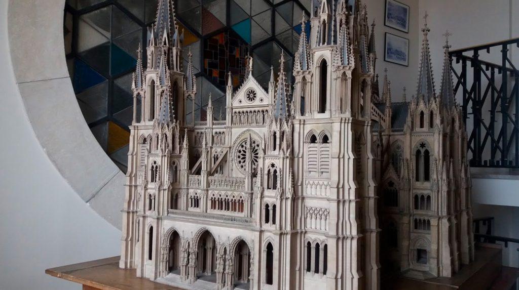 Maqueta del proyecto original de una catedral Neogótica que puede verse en el museo de la Catedral de la Almudena.