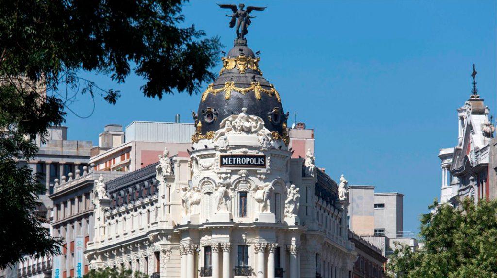 Detalle de la parte superior y la cúpula del emblemático Edificio Metrópolis, en la Calle de Alcalá.
