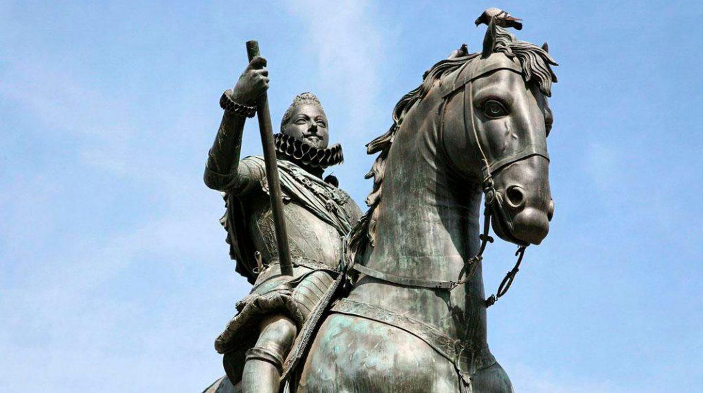 La estatua ecuestre de Felipe III de cerca.