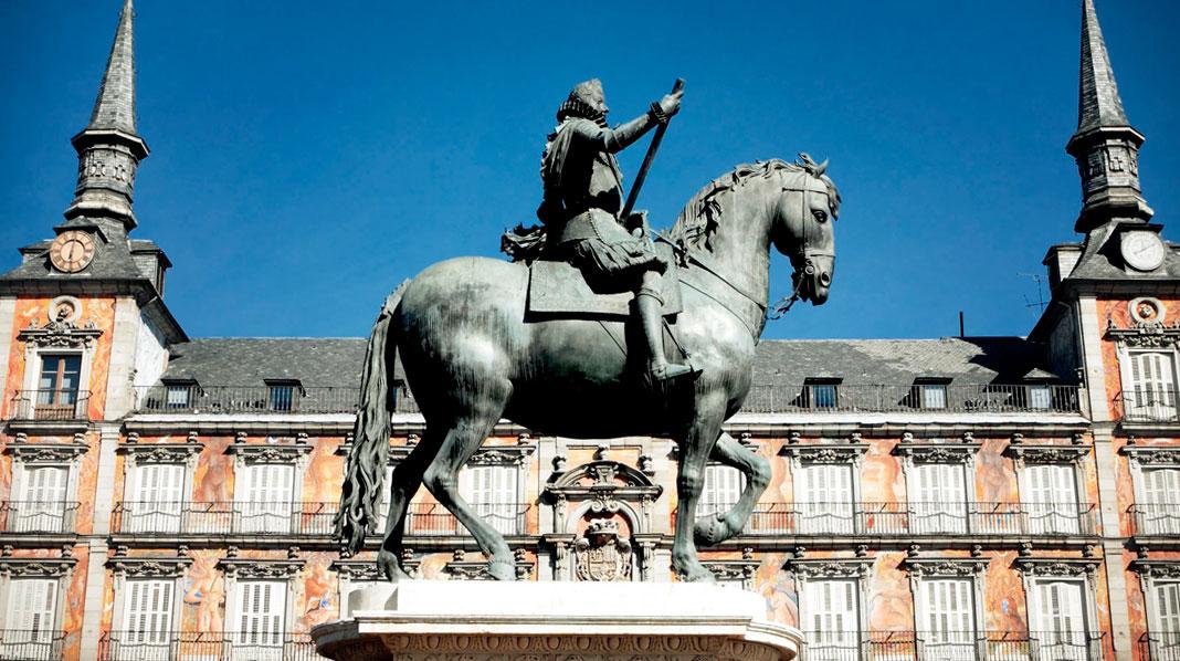Estatua ecuestre de Felipe III, con la Casa de la Panadería detrás.