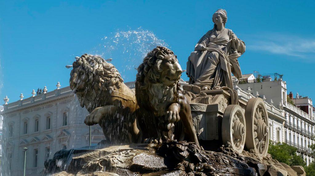 Primer plano de la fuente de Cibeles, con Hipómenes y Atalanta tirando del carro de la diosa.