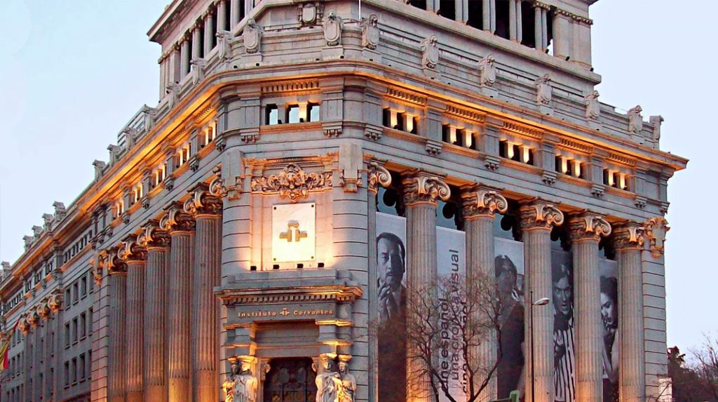 Detalle de la fachada principal del Instituto Cervantes.