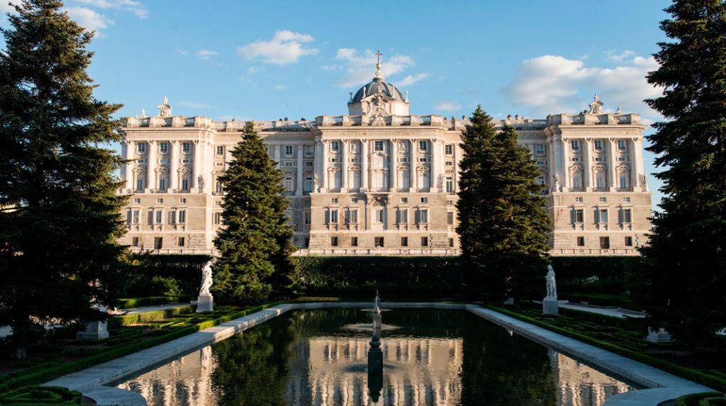 Estanque de los Jardines de Sabatini cono el Palacio Real al fondo.
