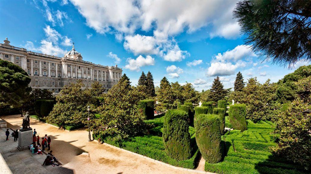 Panorámica de los Jardines de Sabatini desde la entrada de la calle Bailén.