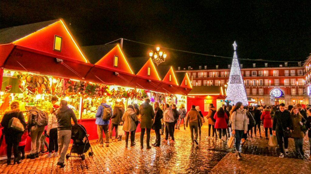 Mercadillo de Navidad en la Plaza Mayor de Madrid.