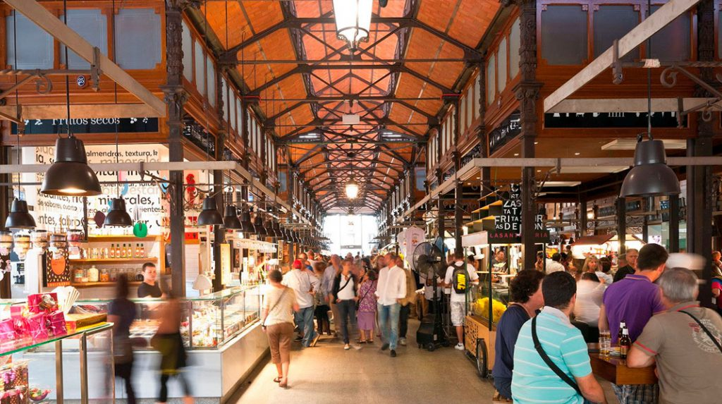 Interior del Mercado de San Miguel, con pequeños puestos de tapas y bebida.