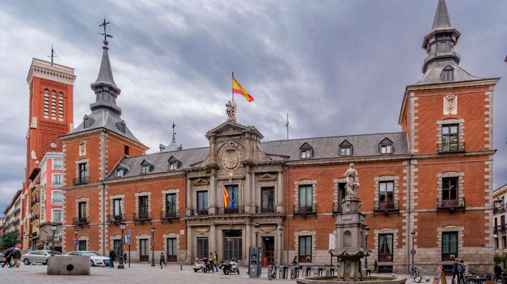 Fachada principal del Palacio de Santa Cruz.