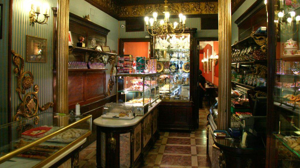 Interior de la clásica Pastelería El Riojano.