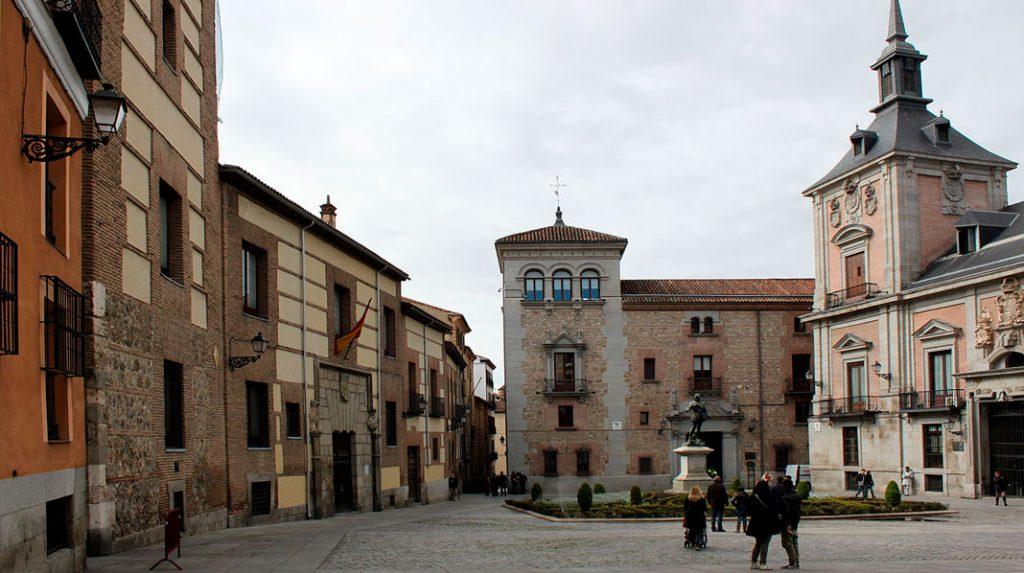 Plaza de la Villa, junto a la Calle Mayor.