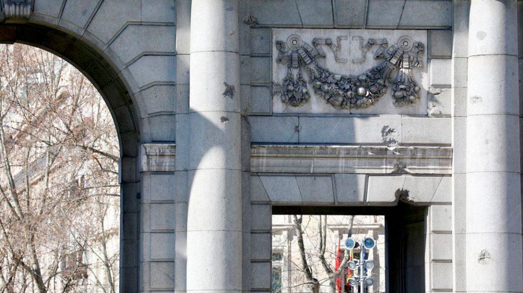 Detalle de los impactos de bala en la Puerta de Alcalá.