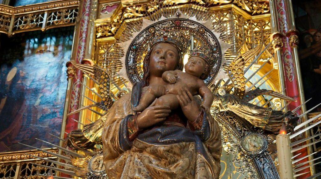 La Virgen de la Almudena en su altar de la Catedral.
