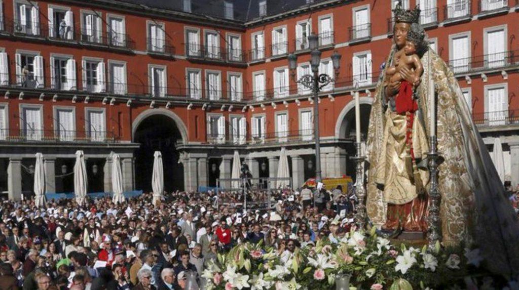 Imagen de la Virgen de la Almudena en la Plaza Mayor durante su festividad.