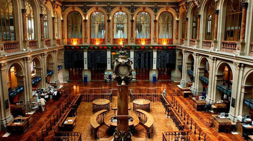 Interior de la Bolsa de Madrid, cerca del Paseo del Prado.