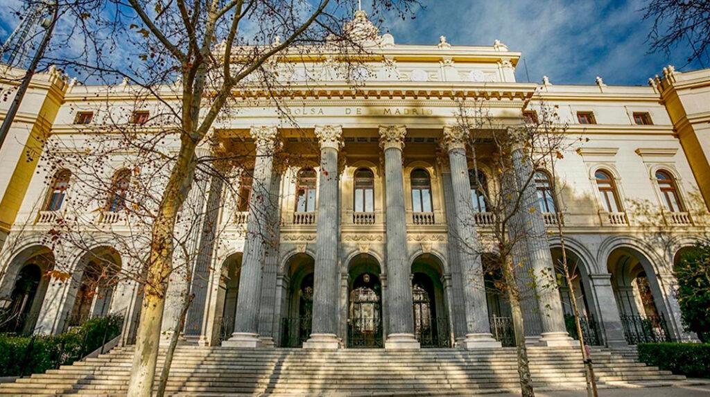 Imponente fachada neoclásica del edificio de la Bolsa de Madrid.