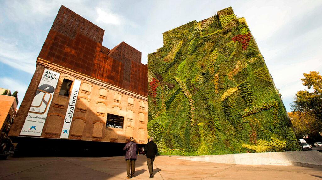 Fachada principal del edificio CaixaFroum Madrid, con su reconocible jardín vertical.