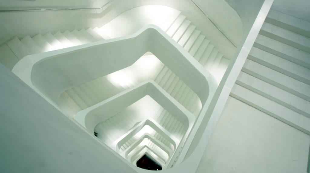 Famosa escalera blanca en torno a la que se configura el edificio CaixaForum Madrid.