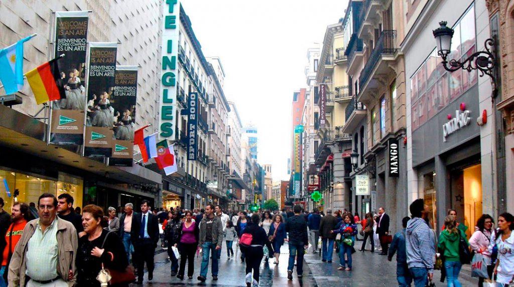 Calle Preciados de Madrid, abarrotada de viandantes.