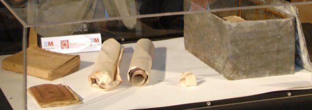 Objetos encontrados en la cápsula del tiempo del monumento a Cervantes de la Plaza de las Cortes.