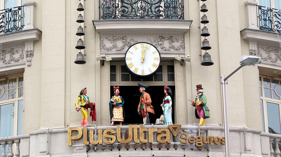 Carrillón de estilo goyesco en el edificio PlusUltra de la Plaza de las Cortes.