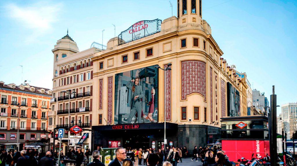 Pantallas digitales de la fachada del los cines Callao.