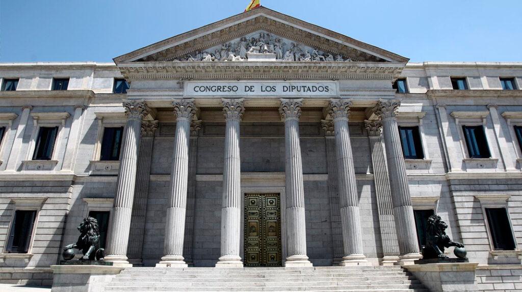 Imponente fachada neoclásica del Congreso de los Diputados.
