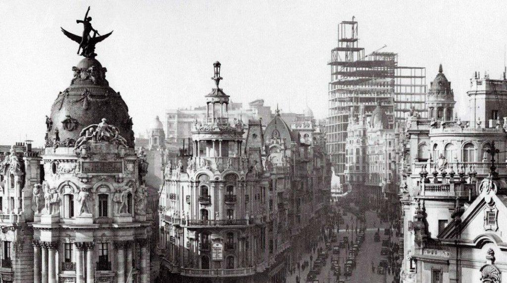 Imagen de la Gran Vía, con el Edificio Metrópolis. la Izquierda y el Edificio telefónica, en construcción, al fondo. 1926.