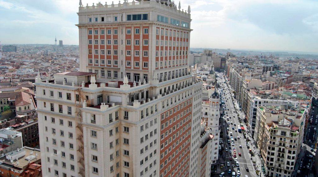 Perspectiva del Edificio España desde la cercana Torre de Madrid, el otro rascacielos de la Plaza de España.