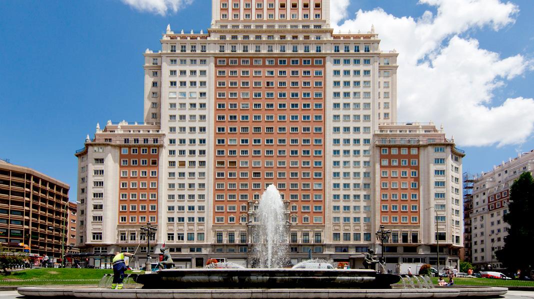 Fachada principal del Edificio España, en la Plaza de España de Madrid.