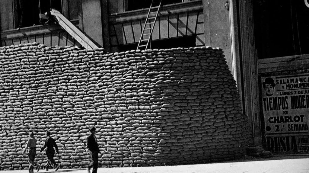 Entrada principal del Edificio Telefónica, protegida por sacos de arena durante la Guerra Civil.