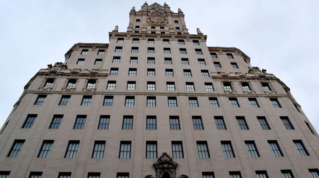 Imponente fachada principal del Edificio Telefónica.