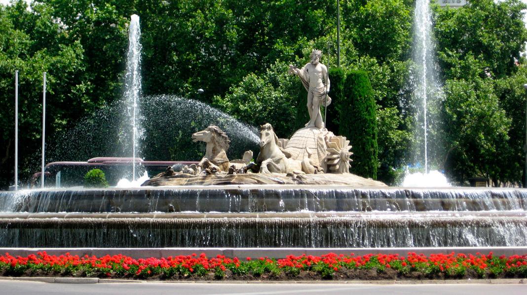 Plano general de la Fuente de Neptuno, en la plaza de Cánovas del Castillo en el paseo del Prado.