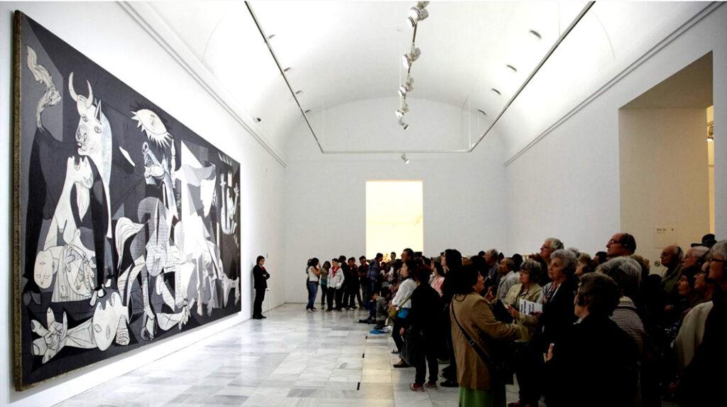 Sala en la que se expone el Guernica de Pablo Picasso.