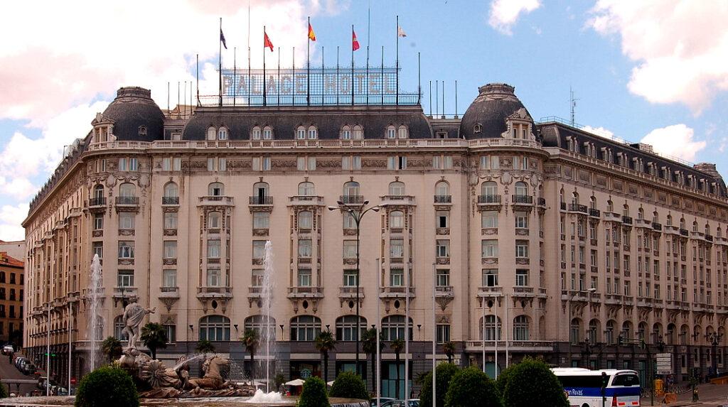 Fachada principFachada principal del Hotel Palace, junto a la Fuente de Neptuno.Fachada principal del Hotel Palace, junto a la Fuente de Neptuno.al del Hotel Palace, junto a la Fuente de Neptuno.