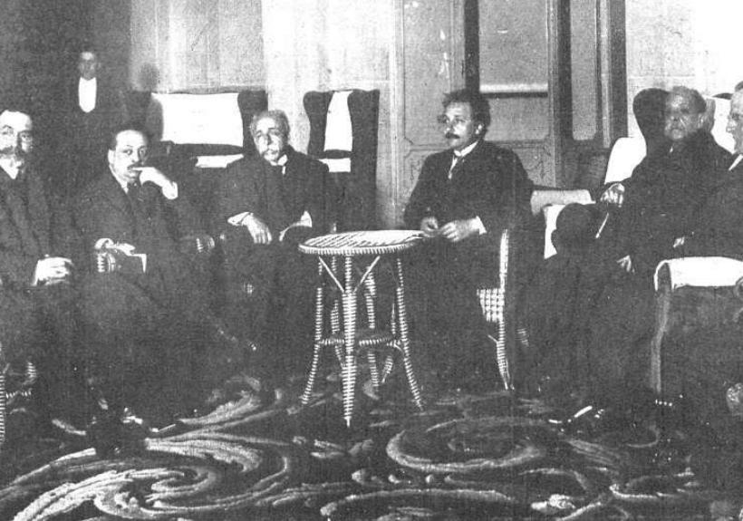 Albert Einstein, el rector de la Universidad Central y algunos catedráticos, reunidos en el Hotel Palace.