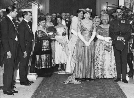 Alfonso XIII (a la derecha) durante un acto celebrado en el Hotel Ritz en 1917.