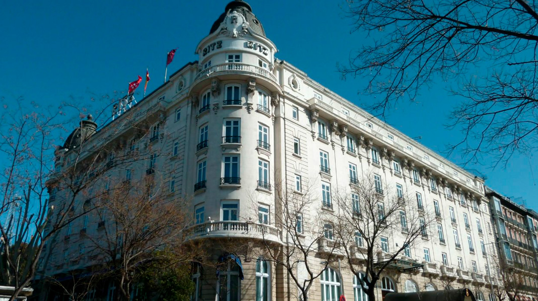 Fachada principal del Hotel Ritz, el primer hotel de lujo de Madrid.