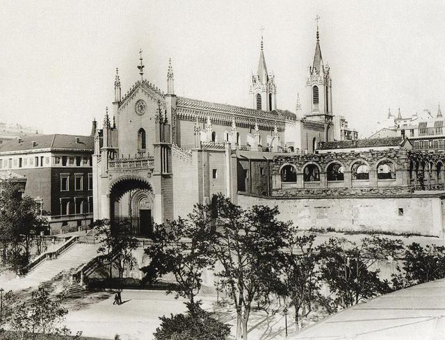 Iglesia de los Jerónimos en 1929, con los restos del claustro del antiguo monasterio.