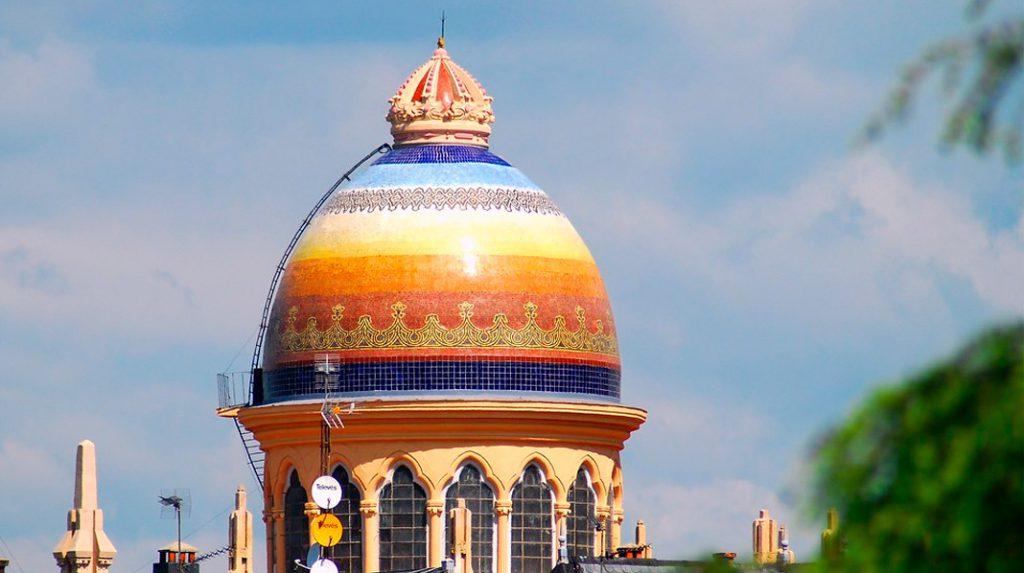 Cúpula de estilo bizantino y llamativos colores de la Iglesia de Santa Teresa.
