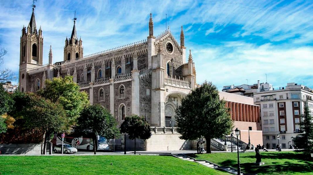 Iglesia de los Jerónimos, vista desde la entrada al Museo del Prado.