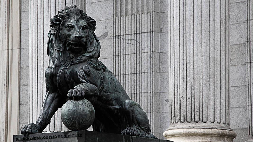 Detalle de uno de los leones que guardan la entrada del Congreso de los Diputados.