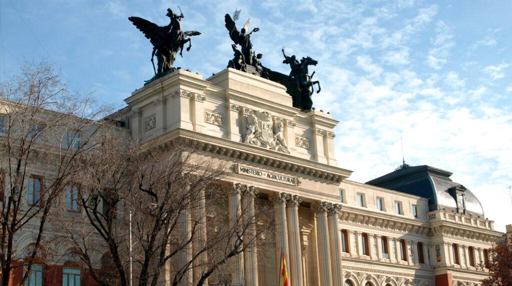 Detalle de la fachada principal y el conjunto escultórico superior del Palacio de Fomento, actual Ministerio de Agricultura.