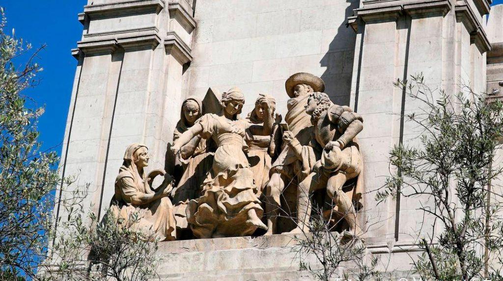 Escena de La Gitanilla, en el Monumento a Cervantes de la Plaza de España.