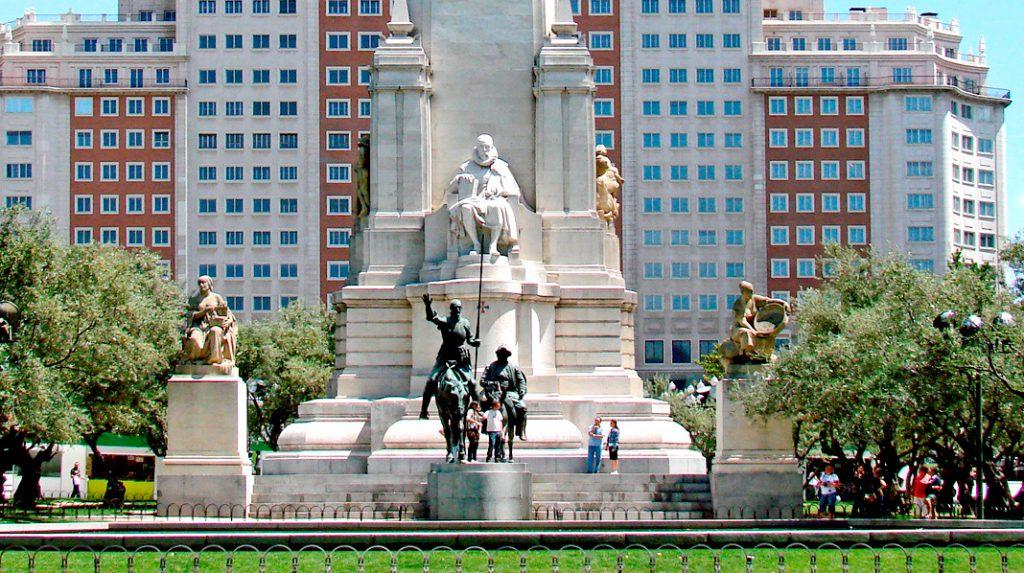 Monumento a Cervantes, en el centro de la Plaza de España y con el Edificio España al fondo.
